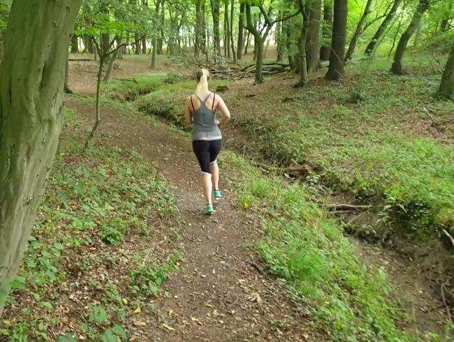 Geheimes Video: Joggerin pisst spontan im Wald und wird dabei beobachtet!