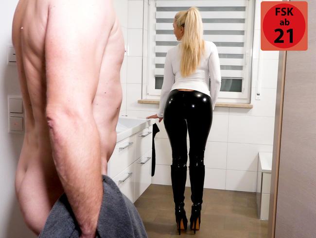 Die perverse Hochglanz Latex Fickschlitzleggings Schlampe | Er wollte doch nur duschen...!